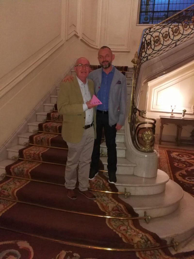 Emeterio Lorente y Fernando González con el premio de Transexualia